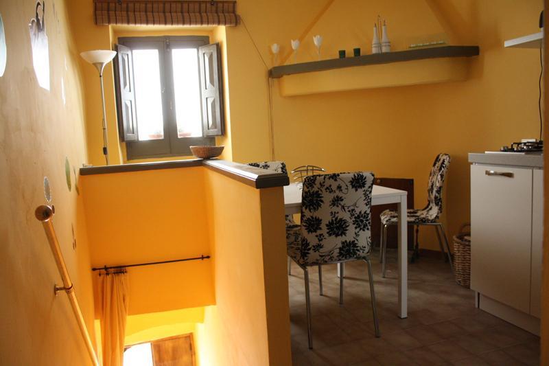 Salle de séjour avec coin cuisine et cheminée