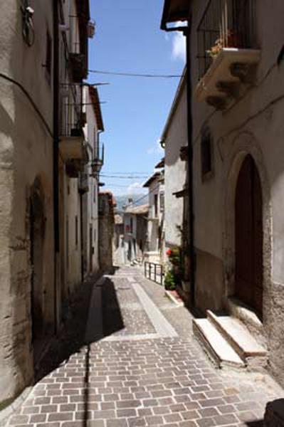 Via Roma : Rue principale jusqu'au village médiéval et l'accès à l'appartement de location