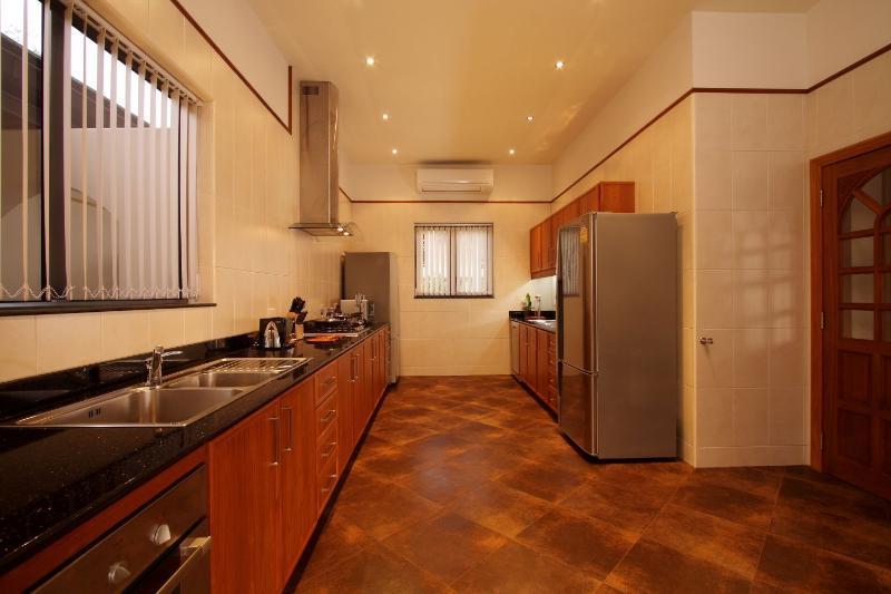 Enorme cucina completamente attrezzata con lavastoviglie, forno e 2 frigoriferi.