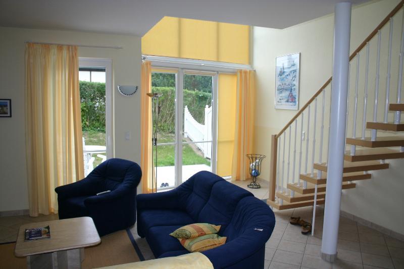 Wohnbereich mit Treppenaufgang und Terrassenzugang