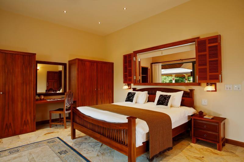 Camera matrimoniale con persiane a 4 camere da letto