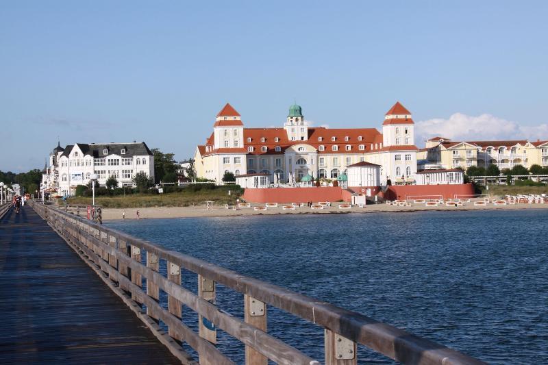 Kurhaus Binz von der Seebrücke aus betrachtet