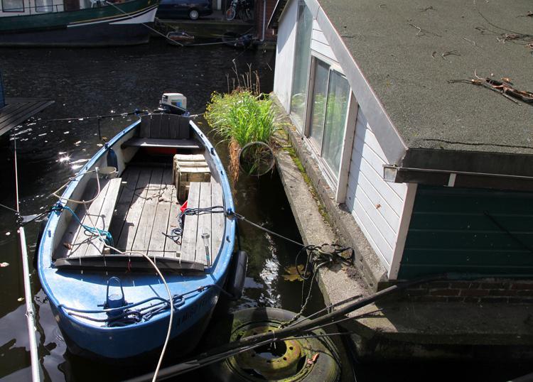 Uno de los cientos de barcos pequeños en los canales de Ámsterdam