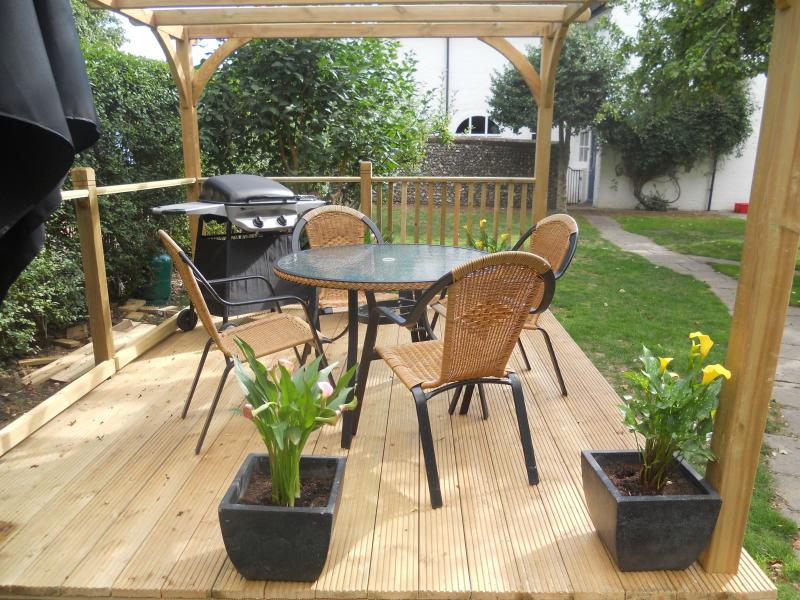 Outdoor eating area exclusively for Coachman's Cottage