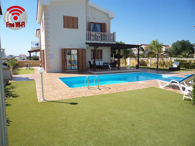 Beautiful spacious villa so close to the sea