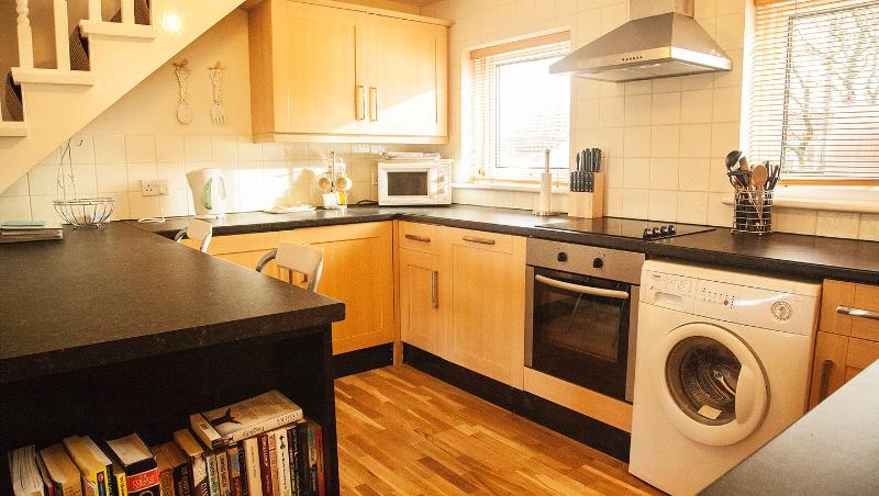 Fully Equipped Kitchen with Washer, Integrated Fridge and Freezer plus Dishwasher