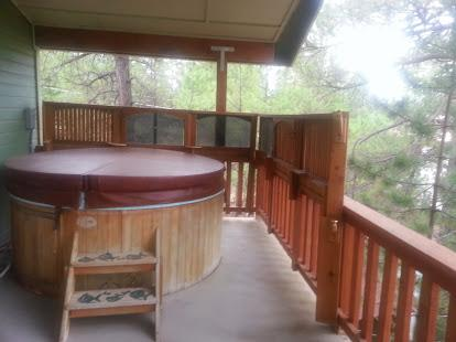 Hot tub on second floor balcony is awesome!