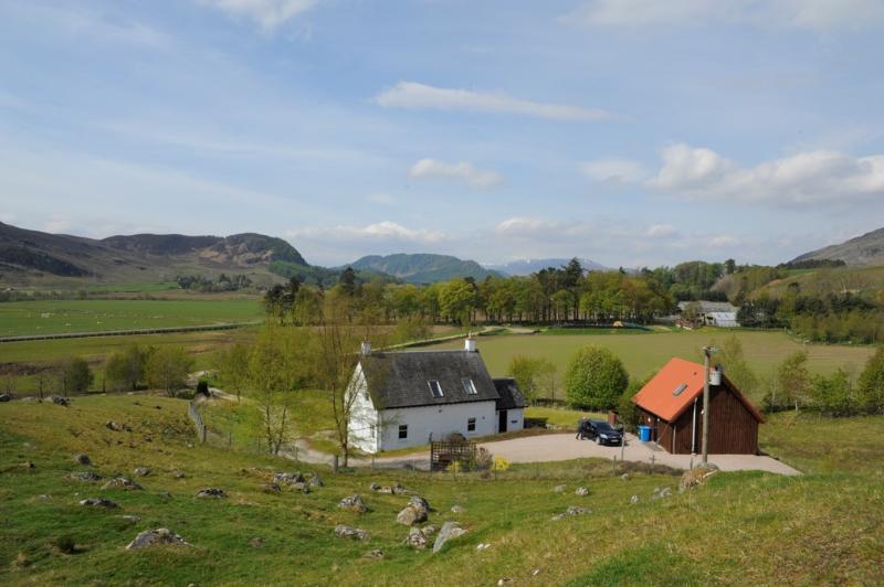 Auf einer Anhöhe mit Blick auf die Farm am Rande der Cairngorms National Park