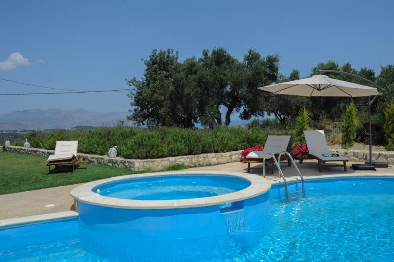 *Nimertis* villa with private pool, location de vacances à Nteres