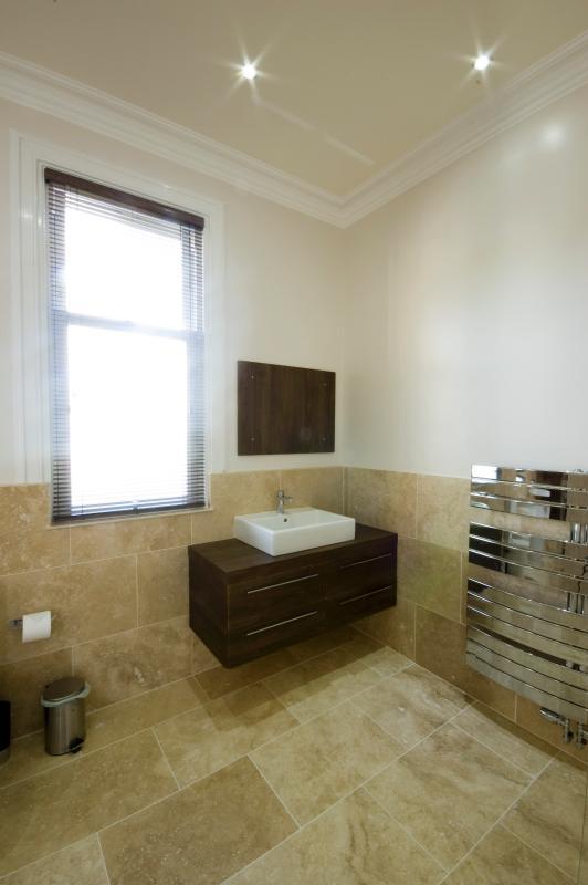 Main bathroom: vanity sink unit