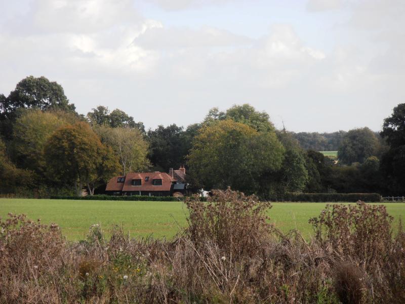 Localizado nos arredores de uma vila de Hampshire.