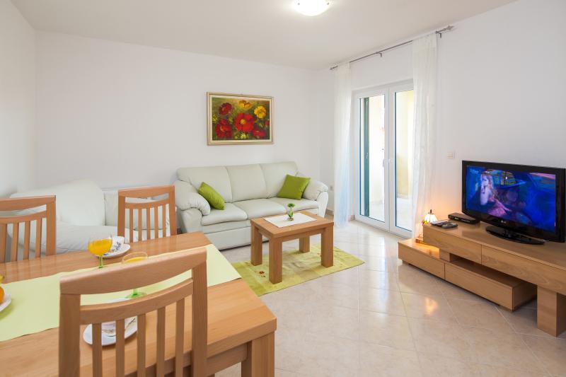 sunny cosy getaway near Split, holiday rental in Podstrana