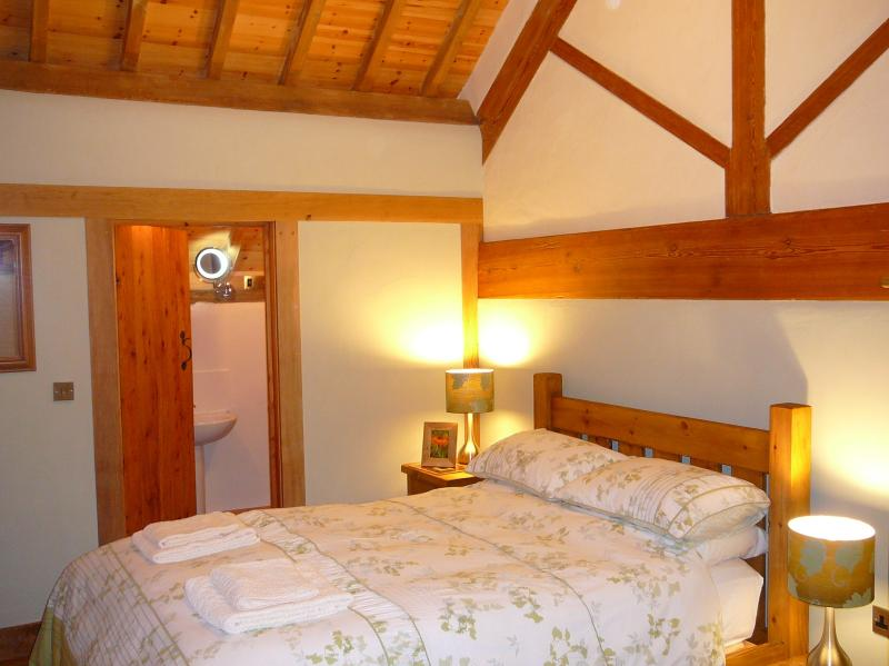 AWARD WINNING accommodation - Quality Double comfy bed with ensuite shower room