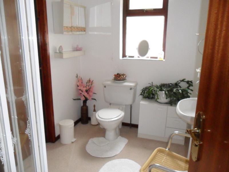 Dubbele slaapkamer ensuite en overdag garderobe. Dit betekent dat er is een toilet op de beide verdiepingen.