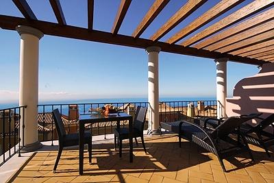 PENTHOUSE SEA VIEW ONE BEDROOM CORNER UNIT - WONDERFULLY SUNNY AND QUIET