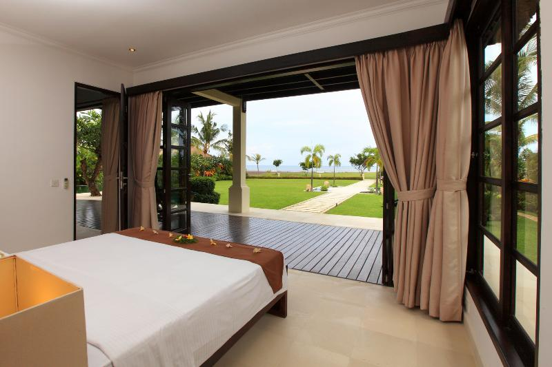 Master bedroom and sea view