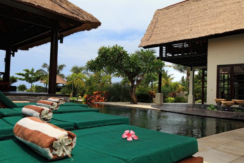 Loungebeds and swimming pool