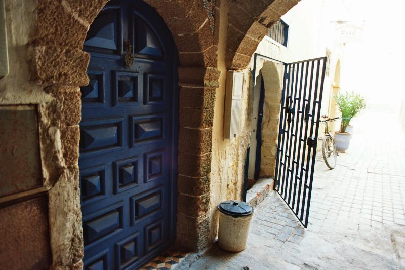 Deur naar de ingang van de Riad