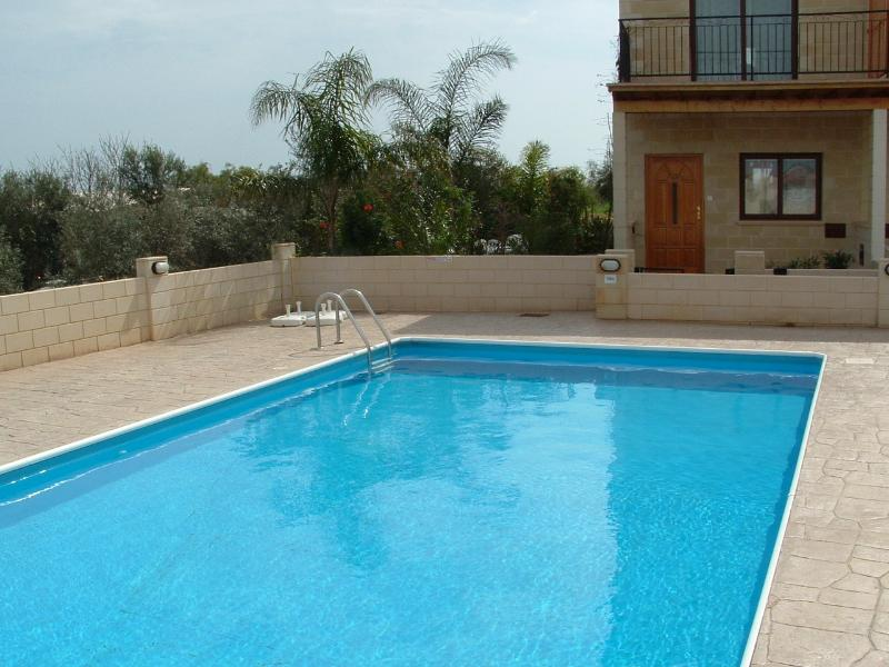 Villa Leo A Lovely Townhouse In Liopetri with Free Wi-fi & Gated Communal Pool., alquiler vacacional en Liopetri