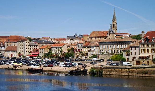 Bergerac waterfront is 10 mins drive away
