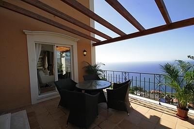 VILLA HILL SIDE. THREE BEDROOM LUXURY VILLA WITH FUNCHAL AND SEA VIEWS.
