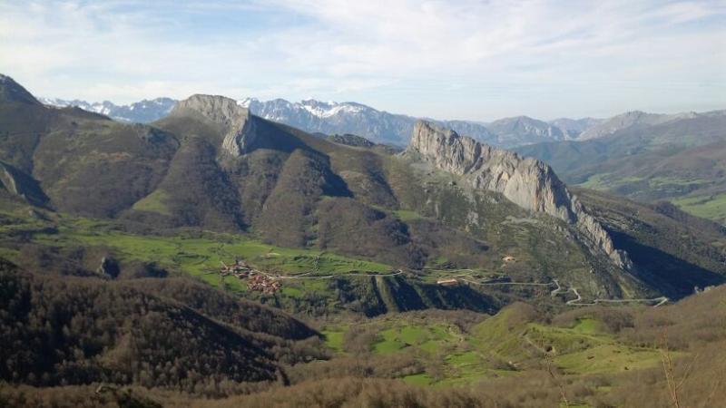 Panorámica de Caloca, al fondo los Picos de Europa