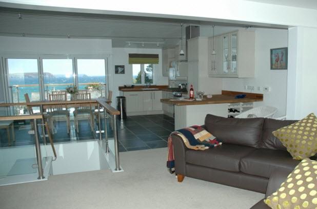 Cuisine ouverte étage / salle à manger / salon avec vue panoramique sur la mer