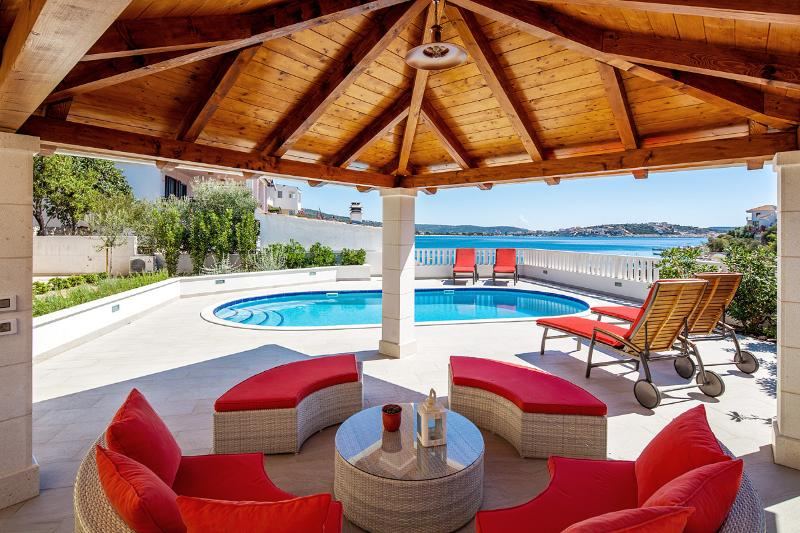 VILLA TIHANA, sea front house, vacation rental in Rogoznica