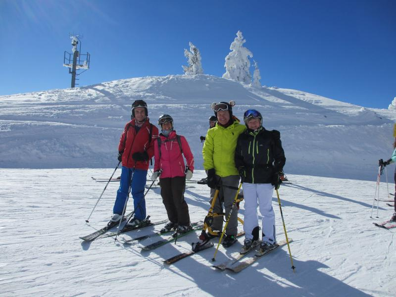 Guests enjoying the beautiful slopes of Fanningberg covered by the Lungau ski pass.