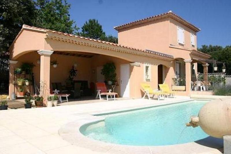 La maison, la piscine, et le pool house exposés plein sud