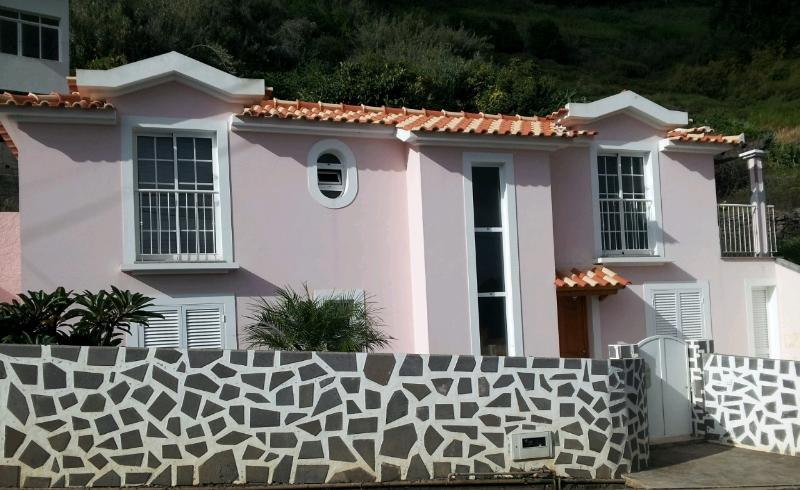 pink house in calheta, location de vacances à Arco da Calheta