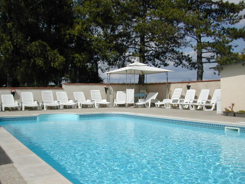 Le Grand Bois~Vieille Etable ; 3* rated comfort with pool for up to 12 persons., casa vacanza a Roullet-Saint-Estephe