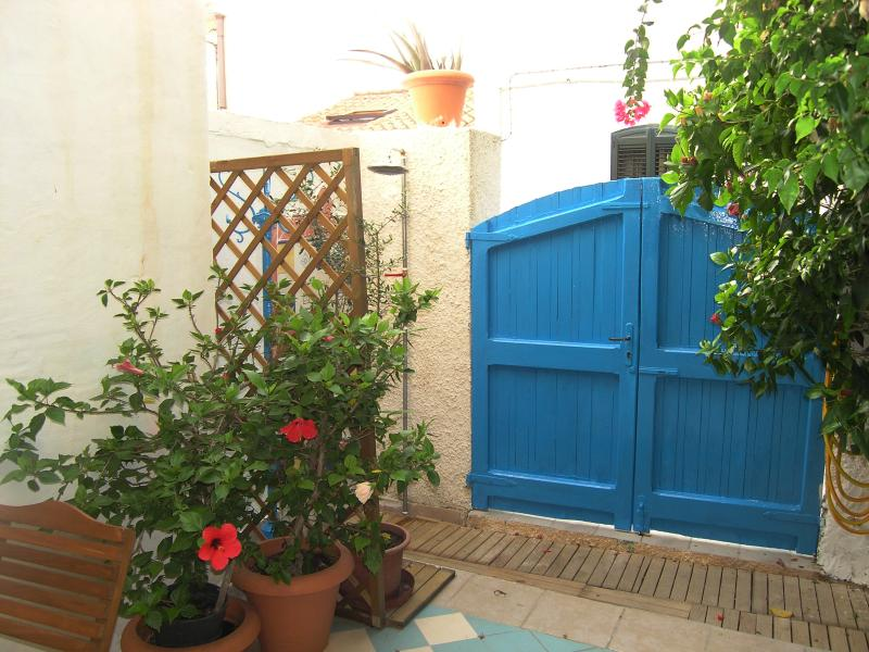 The entrance from the garden and the external shower