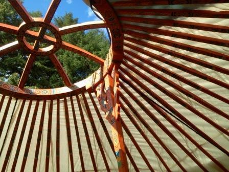 Vue du ciel par le biais de la Couronne de la roue en yourte vue lac