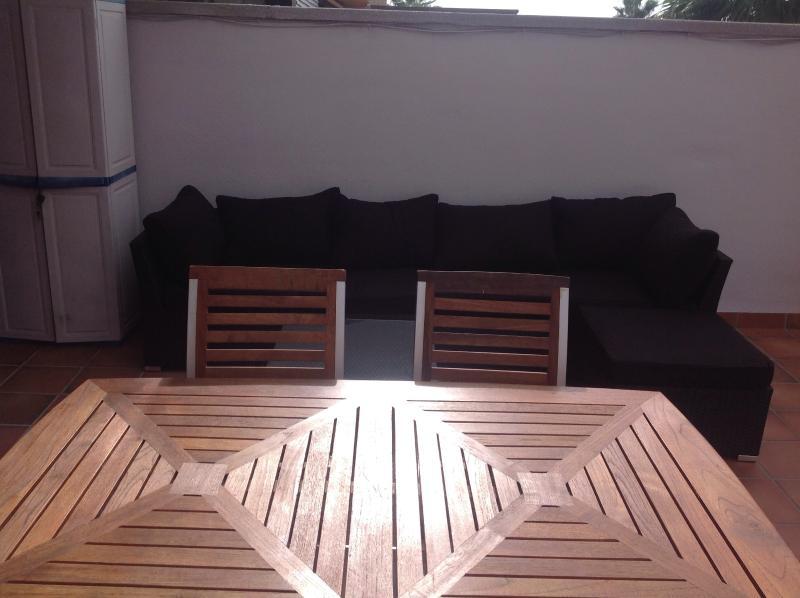 Mesa y sillas madera en terraza
