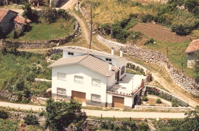 Casa de 110 m2 de 3 habitaciones en Taranes, vacation rental in Vegacerneja