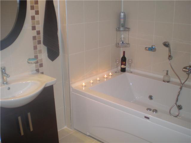 Banheira de hidromassagem na casa de banho ensuite