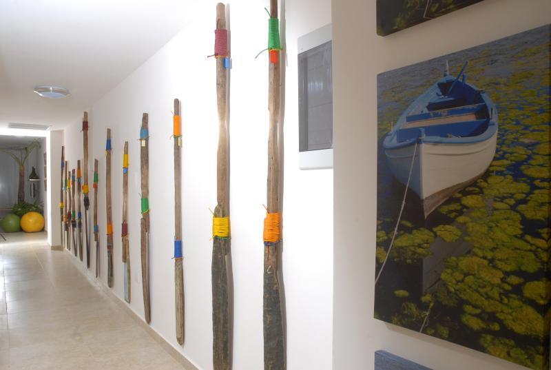 Dominicaanse vissers gedoneerd hun oude roeiriemen om te versieren deze corridor.