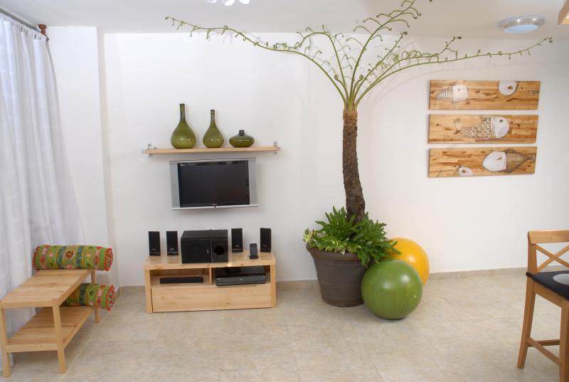 Natuurlijke plant en drieluik op hout, geschilderd door een Dominicaanse kunstenaar.