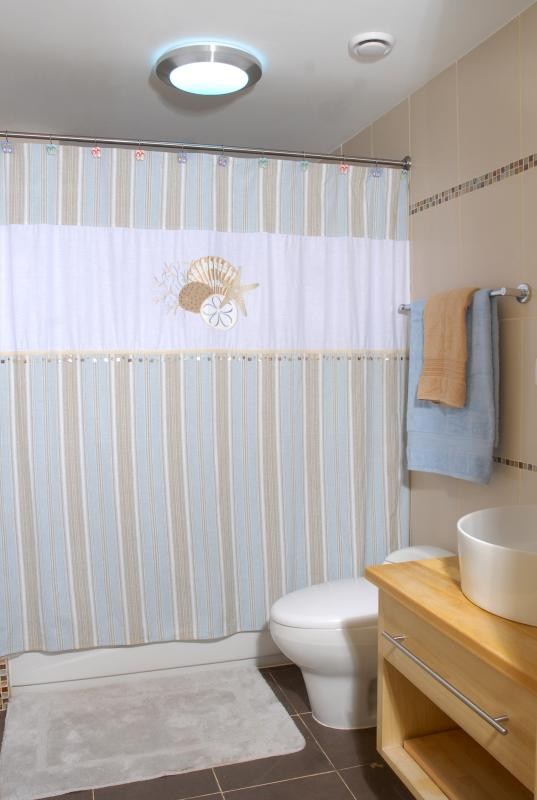Een van de twee badkamers.