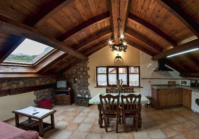 Casa rural invernal de picos en picos de Europa , cerca de ruta  del Cares., aluguéis de temporada em Tudes