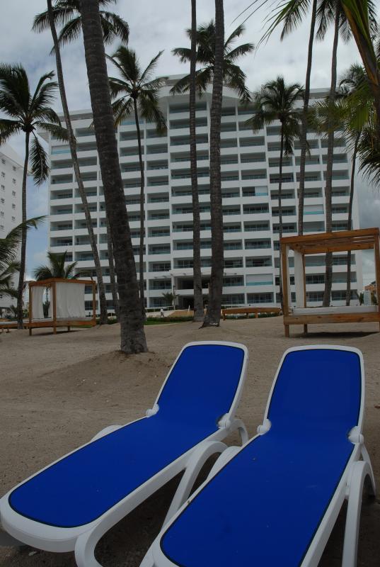 Strand vlak voor de toren exclusief voor de gasten.