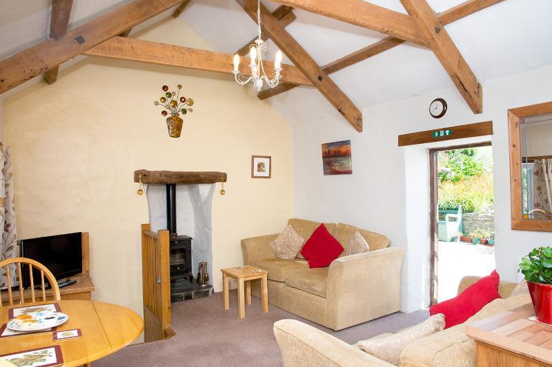 Comfortabele lounge om te ontspannen, met houtkachel en log supply