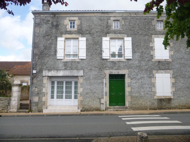 Este es el frente de la casa de la carretera principal a través del pueblo. Encontrar al lado de la Mairie.