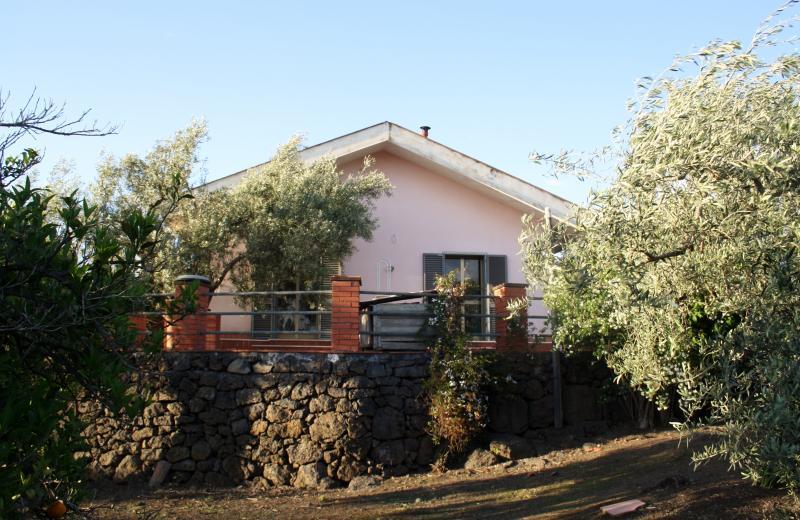 casetta immersa nel giardino, holiday rental in Gravina di Catania