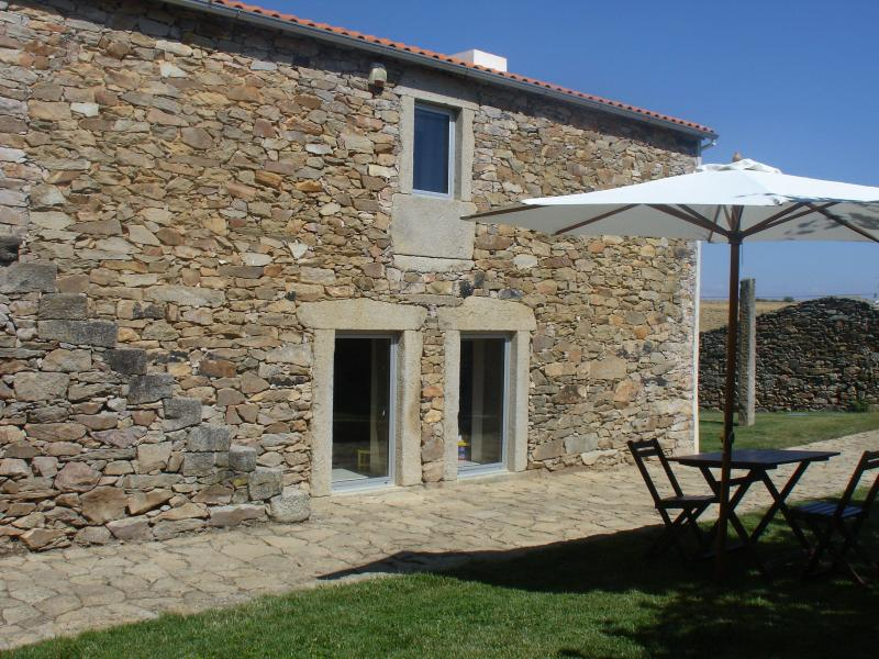 Stone cottage situated 1km from Natural Park, Ferienwohnung in Bemposta