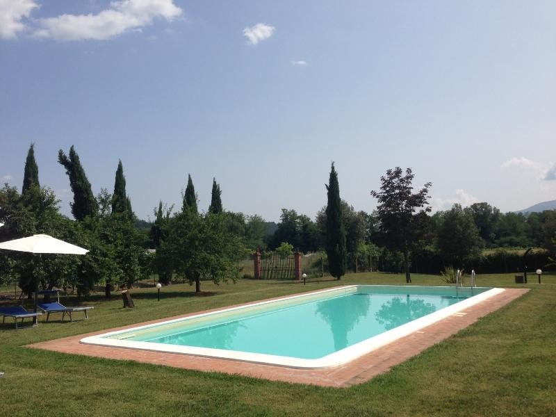 Charming countryside villa in Gragnano, Tuscany with private pool, sleeps up to 6, holiday rental in Gragnano