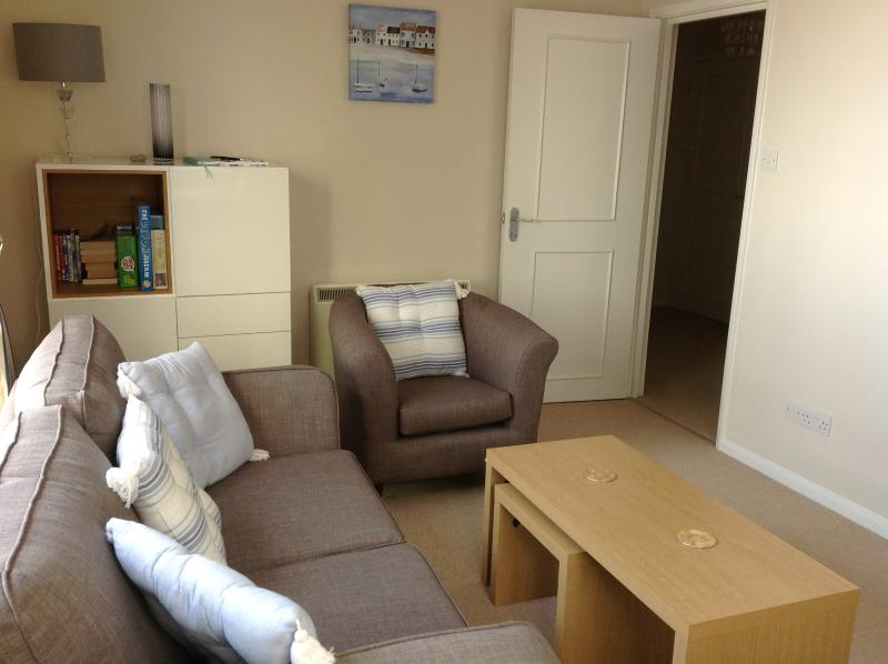 Pebbles - Twin Beds, ideal location just off Sidmouth seafront with free parking, holiday rental in Sidford