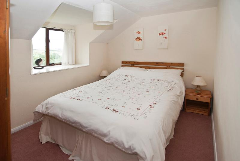 THIS IS A PHOTO OF THE DOUBLE BEDROOM OVERLOOKING THE PEAK DISTRICT.