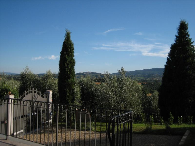 Garden at the Guests' disposal, very private and relaxing in front of a green valley of several hill